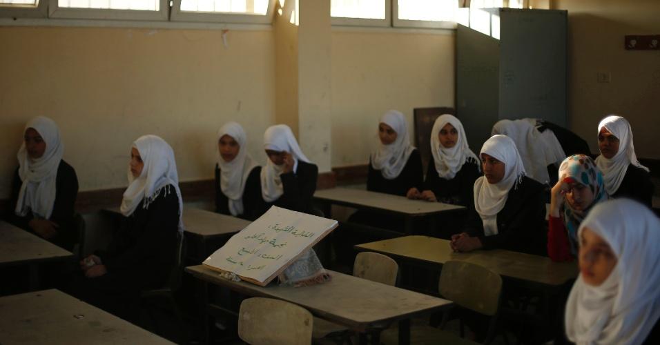 14.set.2014 - Escola na Cidade de Gaza tem seu primeiro dia do novo ano escolar. A cadeira vazia tem texto que faz menção a estudante de 14 anos morta durante a ofensiva israelense na faixa de Gaza, em agosto. Um cessar-fogo entre Israel e militantes do Hamas, que comandam a faixa, entrou em vigor em 26 de agosto, depois de um conflito de sete semanas que deixou mais de 2.000 mortos, em sua maioria civis palestinos
