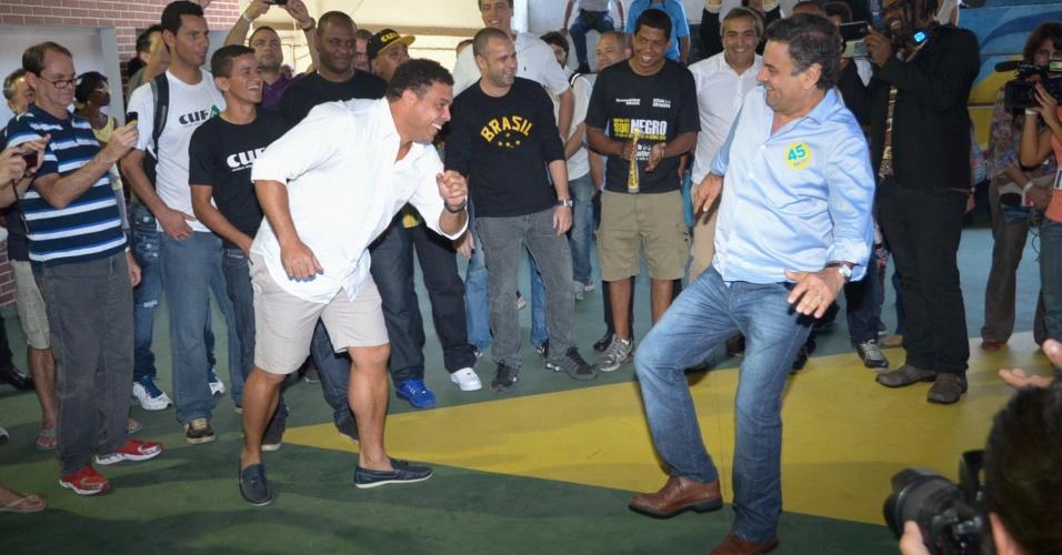 14.set.2014 - O candidato à Presidência da República pelo PSDB, Aécio Neves (ao centro), participou do lançamento do livro
