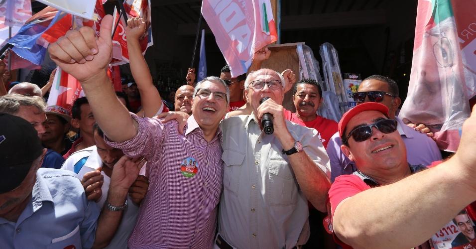 14.set.2014 - O candidato ao governo de São Paulo, Alexandre Padilha (à esq.), abraça o candidato ao Senado Eduardo Suplicy, ambos do PT, durante evento de campanha no Itaim Paulista, na zona leste de São Paulo