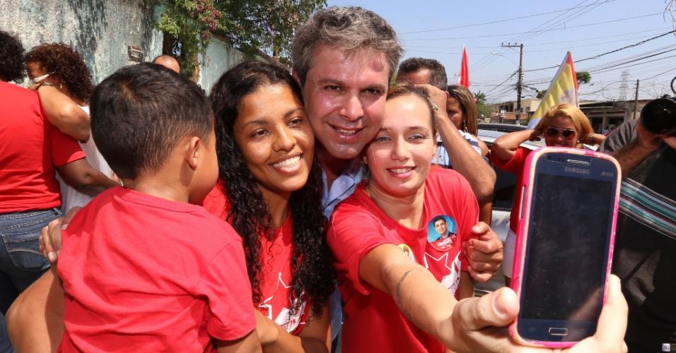 14.set.2014 - O candidato ao governo do Rio de Janeiro pelo PT, Lindberg Farias, fez carreata e caminhada pela cidade de Belford Roxo, no Rio de Janeiro, neste domingo (4)