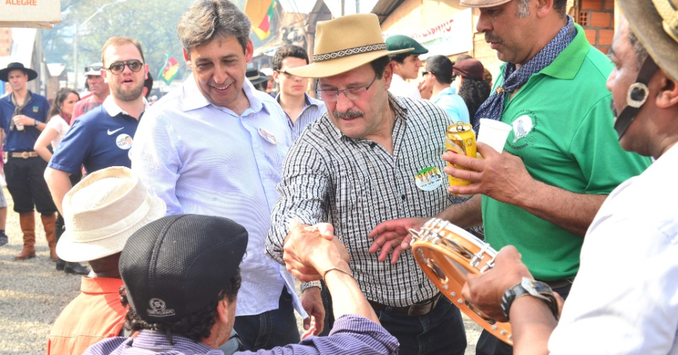14.set.2014 - O candidato do PMDB ao governo do Rio Grande do Sul, Ivo Sartori, visitou o acampamento Farroupilha, neste domingo (14)