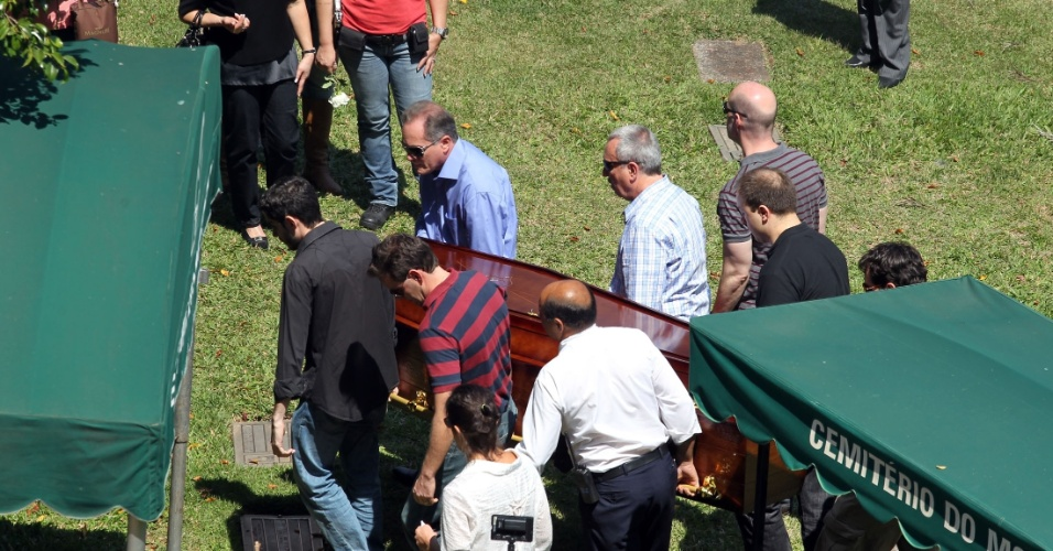 14.set.2014 - O corpo do delegado Francisco Assis Camargo Magno, do DHPP (Departamento Estadual de Homicídios e Proteção a Pessoa), foi enterrado neste domingo (14) no Cemitério do Morumbi, na zona sul de São Paulo. O delegado foi morto durante um assalto na rua Jorge Augusto, na Penha, no sábado (13)