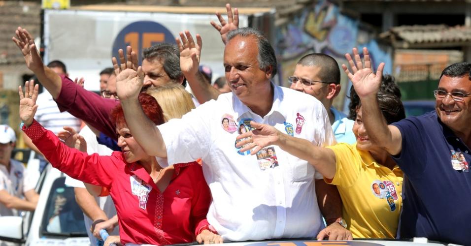 14.set.2014 - O governador do Rio de Janeiro e candidato à reeleição pelo PMDB, Luiz Fernando Pezão, fez caminhada e carreata nas ruas de São Gonçalo, no Rio de Janeiro, neste domingo