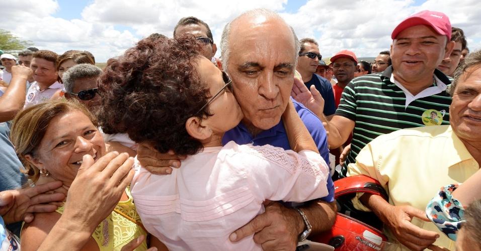 14.set.2014 - Paulo Souto, candidato do Dem ao governo da Bahia, visitou a cidade de Adustina, no interior de Bahia, neste domingo (14)