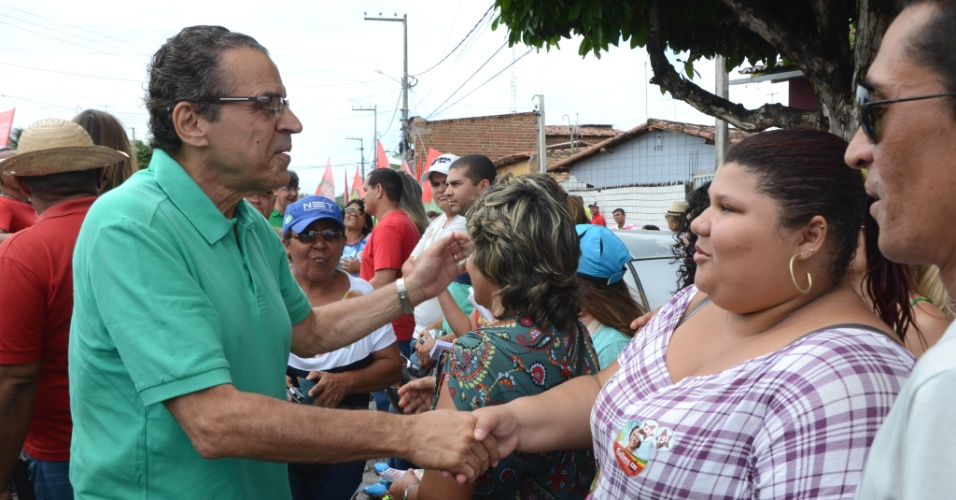 13.set.2014 - O presidente da Câmara Federal, deputado Henrique Eduardo Alves (PMDB-RN), que disputa o governo do Rio Grande do Norte, faz campanha em Parnamirim. A pluralidade de seu palanque obriga o candidato a esconder seu apoio à presidente Dilma Rousseff em discursos pelo Estado