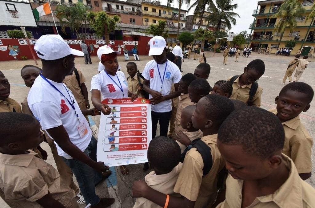 15.set.2014 - Alunos olham para um cartaz de prevenção do ebola durante uma campanha de sensibilização contra o vírus, organizada pelo Programa das Nações Unidas para o Desenvolvimento (PNDU), na escola de Santa Teresa de Koummassi, em Abidjan, cidade na Costa do Marfim,  nesta segunda-feira (15)