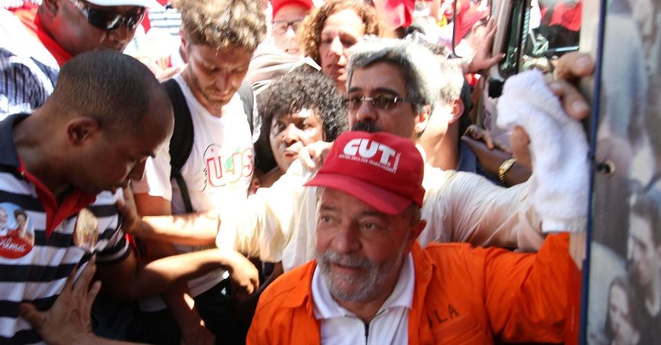 """15.set.2014 - O ex-presidente Luiz Inácio Lula da Silva participou do ato em defesa do pré-sal e da Petrobras, na Cinelândia, centro do Rio de Janeiro, na manhã desta segunda-feira (15). O ato foi convocado pela direção da Federação Única dos Petroleiros, por centrais sindicais, movimentos sociais e estudantes ligados ao PT, e reuniu cerca de 500 pessoas em uma caminhada até a sede da Petrobras. O protesto foi marcado por tom eleitoral a favor da presidente Dilma Rousseff (PT) e atacou a candidata a presidência Maria Silva (PSB) com a distribuição de adesivos com os dizeres: """"Fora Marina e leve o Itaú junto"""". Na semana passada, Maria também promoveu um ato em defesa do pré-sal no Rio de Janeiro. O evento teve como objetivo rebatar as críticas de Dilma, que na TV acusou a adversária do PSB de querer ?acabar com o pré-sal?"""