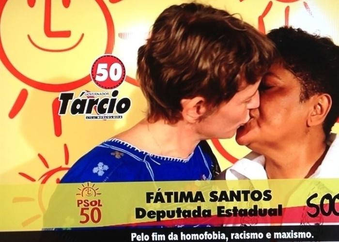 """Propaganda de Fátima Santos (PSOL), candidata a deputada federal na Paraíba, 1º de setembro: """"Pelo fim da homofobia, racismo e 'maxismo'"""". A peça ganhou notoriedade pelo beijo gay da candidata, mas escorregou no português: o correto é 'machismo'"""