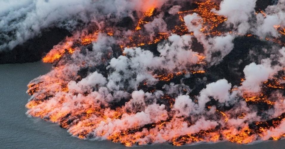 16.set.2014 - A erupção do vulcão Bardarbunga forma um rio de lava no sudeste da Islândia. Em imagem deste domingo (14) divulgada nesta terça-feira (16), a lava e fumaça se espalham pela região. O sistema vulcânico do Bardarbunga tem gerado centenas de tremores diários desde meados de agosto, deixando a população em alerta para uma possível explosão. Com 2.000 metros de altitude, o Bardarbunga é o segundo pico mais alto da Islândia