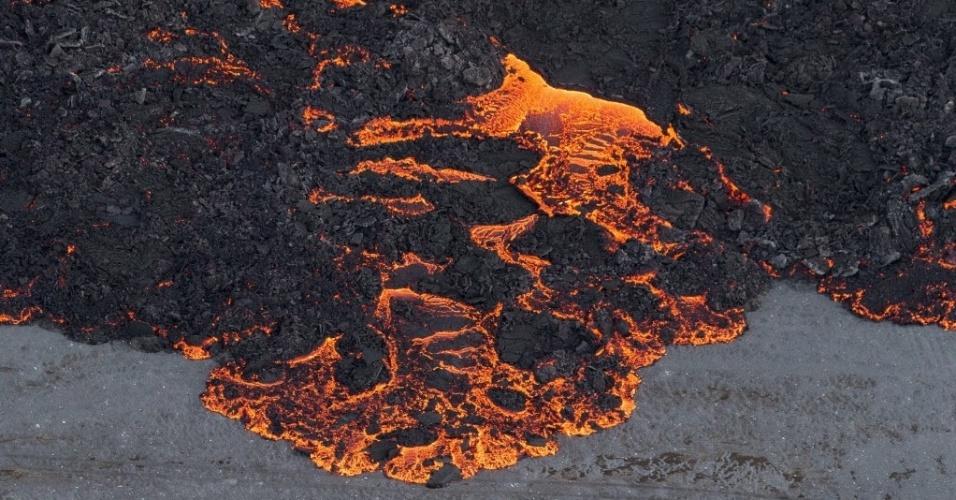 16.set.2014 - A erupção do vulcão Bardarbunga forma um rio de lava no sudeste da Islândia. Em imagem deste domingo (14) divulgada nesta terça-feira (16), a lava se espalha pela região. O sistema vulcânico do Bardarbunga tem gerado centenas de tremores diários desde meados de agosto, deixando a população em alerta para uma possível explosão. Com 2.000 metros de altitude, o Bardarbunga é o segundo pico mais alto da Islândia