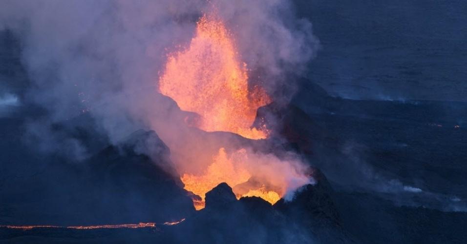 16.set.2014 - A erupção do vulcão Bardarbunga forma rio de lava no sudeste da Islândia. A imagem é deste domingo (14) e foi divulgada nesta terça-feira (16). O sistema vulcânico do Bardarbunga tem gerado centenas de tremores diários desde meados de agosto, provocando alertas de que o vulcão pode explodir. Com 2.000 metros de altitude, o Bardarbunga é o segundo pico mais alto da Islândia