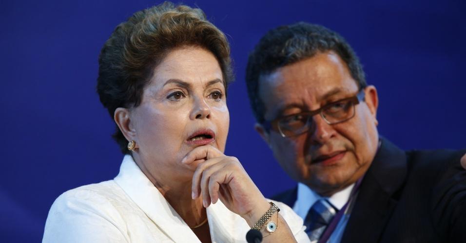 16.set.2014 - A presidente Dilma Rousseff, candidata à reeleição pelo PT, conversa com assessor de campanha antes do debate promovido pela CNBB (Conferência Nacional dos Bispos do Brasil), em Aparecida, interior de São Paulo, nesta terça-feira (16)