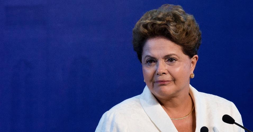16.set.2014 - A presidente Dilma Rousseff, candidata à reeleição pelo PT, participa de debate promovido pela CNBB (Conferência Nacional dos Bispos do Brasil), em Aparecida, interior de São Paulo, nesta terça-feira (16)