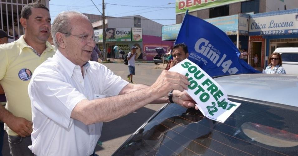 16.set.2014 - Após José Roberto Arruda (PR) desistir de concorrer ao governo do DF, seu substituto, Jofran Frejat (PR), começa a fazer campanha. Na manhã desta terça-feira, Frejat fez uma caminhada em Santa Maria Sul (DF). Arruda foi preso pela Polícia Federal quando governou o DF, entre 2006 e 2010, e vinha enfrentando uma batalha judicial para conseguir permanecer na disputa deste ano por ter sido enquadrado como