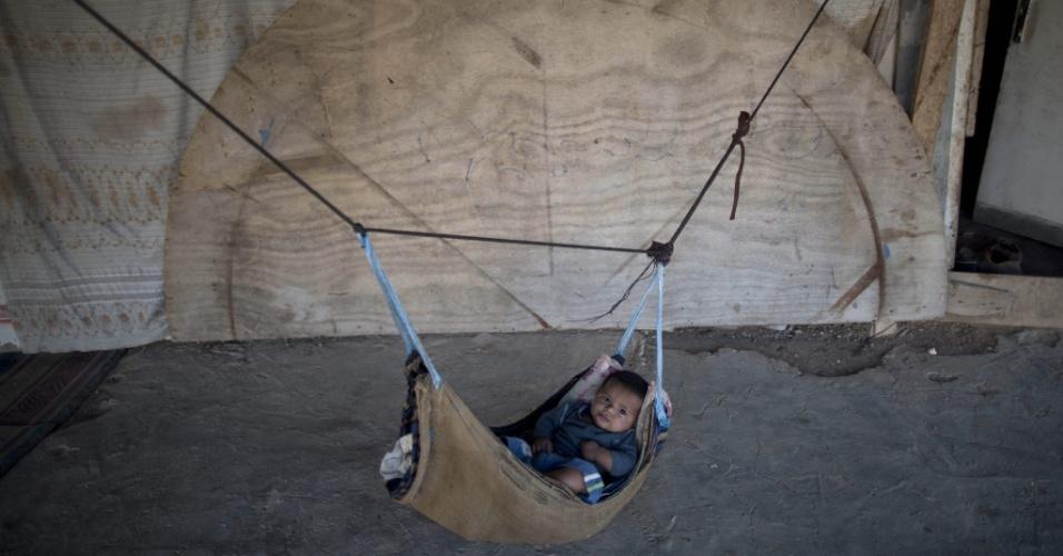 16.set.2014 - Bebê descansa em alojamento da tribo beduína Jahalin, no deserto da Judeia, na Cisjordânia. Segundo relatos da imprensa local, o governo de Israel planeja retirar os palestinos desta região e transferí-los para uma área no Vale do Jordão