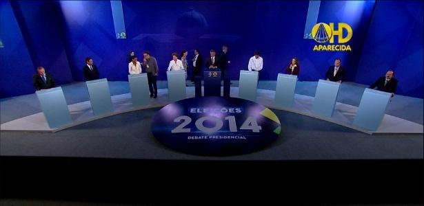 Candidatos tomam seus lugares minutos antes do início do debate