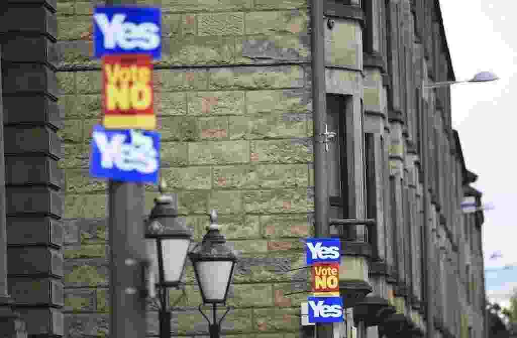 """16.set.2014 - Cartazes a favor e contra a independência da  Escócia são espalhados pelos postes de iluminação da cidade de Clydebank, na Escócia, nesta terça-feira (16). O referendo sobre a separação da Escócia do Reino Unido acontecerá nesta quinta-feira (18), quando os escoceses decidirão se querem ou não acabar com a união de 307 anos. A campanha pelo """"sim"""" à independência da Escócia ganhou terreno no Facebook, que registrou um intenso debate eletrônico nas últimas semanas. Os dados sugerem que as manifestações a favor do """"sim"""" levam vantagem, já que a rede social contabilizou 2,05 milhões de interações eletrônicas na Escócia a favor do """"sim"""" frente a 1,96 milhões do """"não"""" - Dylan Martinez / Reuters"""