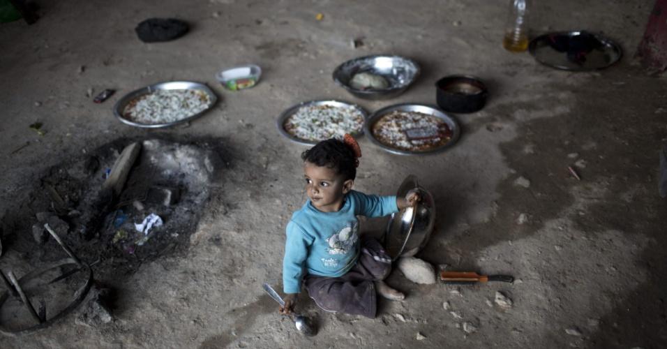 16.set.2014 - Criança palestina brinca na cozinha de sua moradia instalada no deserto da Judeia, na Cisjordânia. Segundo relatos da imprensa local, o governo de Israel planeja retirar os palestinos desta região e transferí-los para uma área no Vale do Jordão