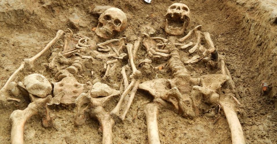 16.set.2014 - Dois esqueletos foram encontrados com os braços entrelaçados em uma capela em Leicestershir, na Inglaterra. O casal ficou de mãos dadas por cerca de 700 anos, segundo os pesquisadores. Os esqueletos têm aproximadamente a mesma idade, mas é preciso fazer uma análise mais profunda para saber ao certo quantos anos cada um tinha no momento da morte