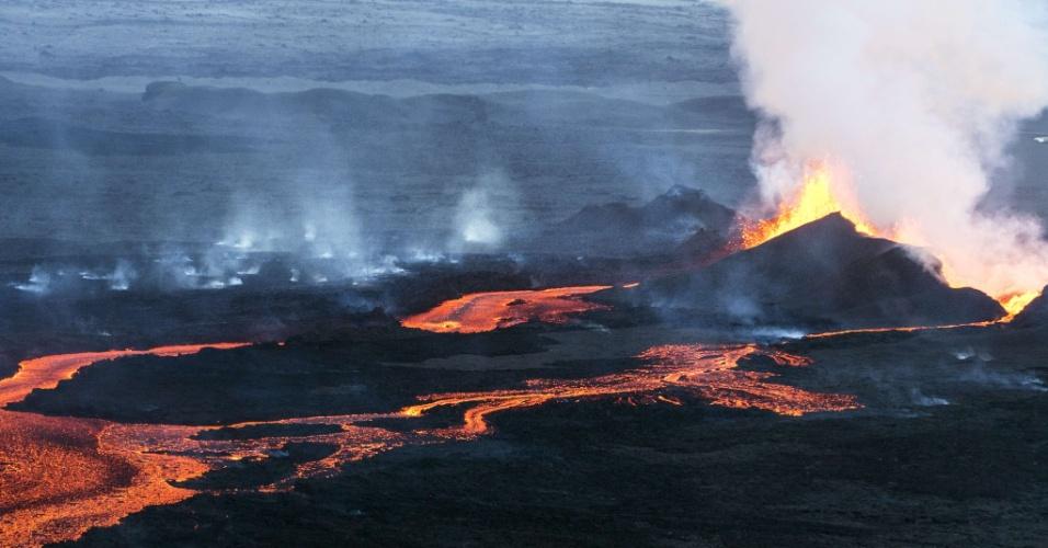 """16.set.2014 - Em imagem deste domingo (14), o vulcão Bardarbunga """"cospe"""" e forma um rio de lava no sudeste da Islândia. O sistema vulcânico do Bardarbunga tem gerado centenas de tremores diários desde meados de agosto, provocando alertas de que o vulcão pode explodir. Com 2.000 metros de altitude, o Bardarbunga é o segundo pico mais alto da Islândia"""