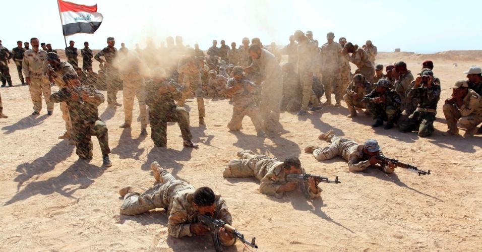 16.set.2014 - Homens participam de treinamento no deserto de Najaf, província iraquiana, após se alistarem ao Exército do país para combater o EI (Estado Islâmico)
