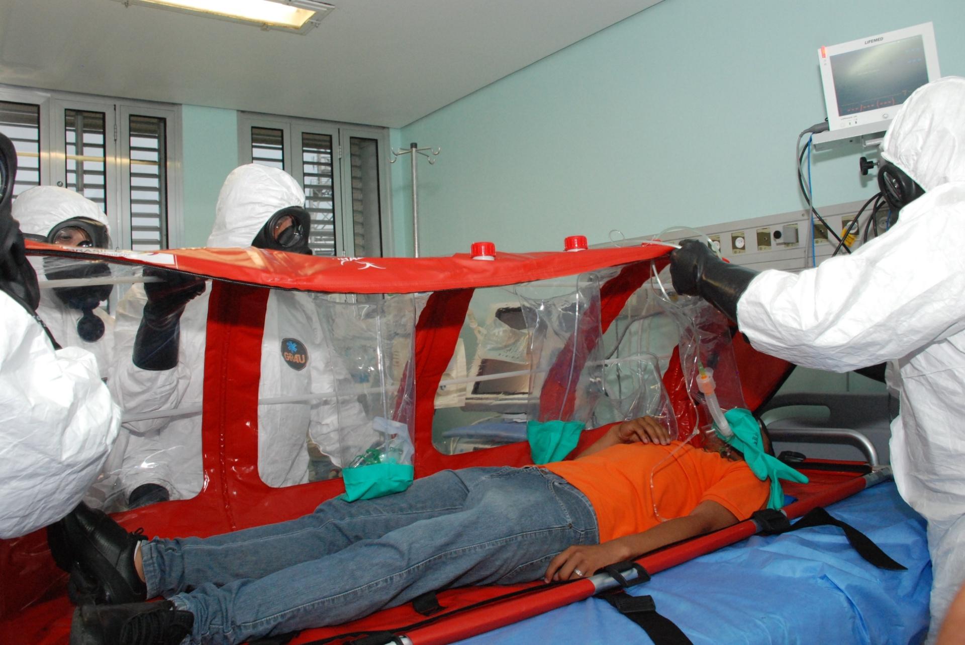 16.set.2014 - O Ministério da Saúde realizou, nesta terça-feira (16), no aeroporto de Guarulhos, em São Paulo, uma simulação de atendimento para casos de passageiros com suspeita de ebola em voos internacionais. O objetivo é testar o planejado pelos técnicos caso algum paciente com o vírus ebola precise de atendimento