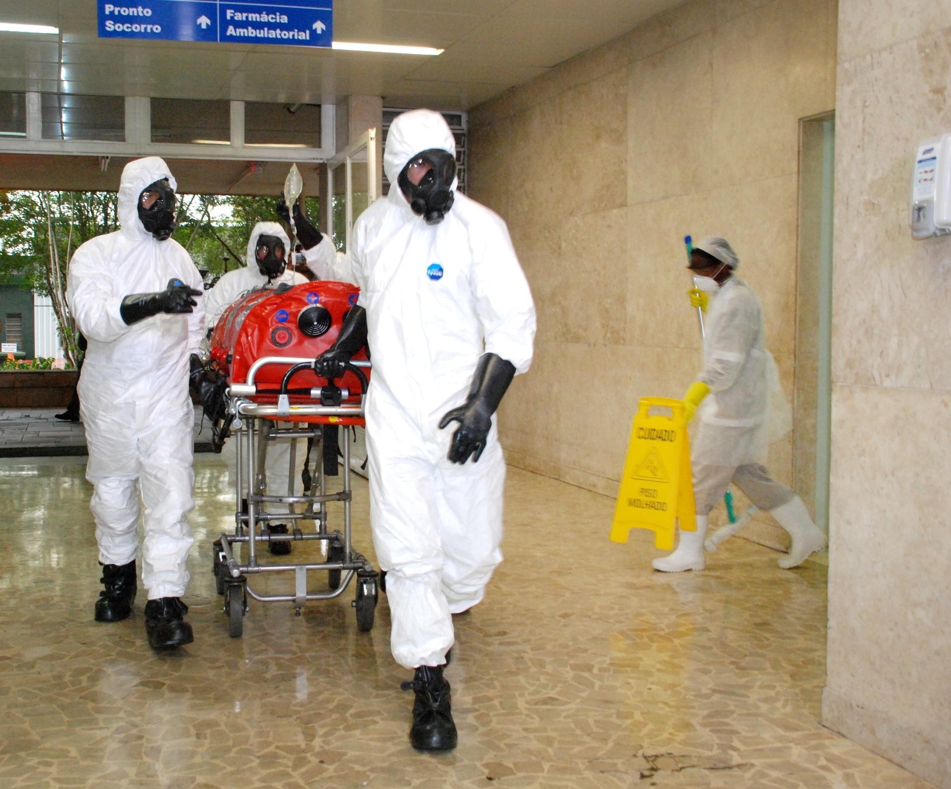 16.set.2014 - O Ministério da Saúde realizou, nesta terça-feira (16), no aeroporto de Guarulhos, em São Paulo, uma simulação de atendimento para casos de passageiros com suspeita de ebola em voos internacionais