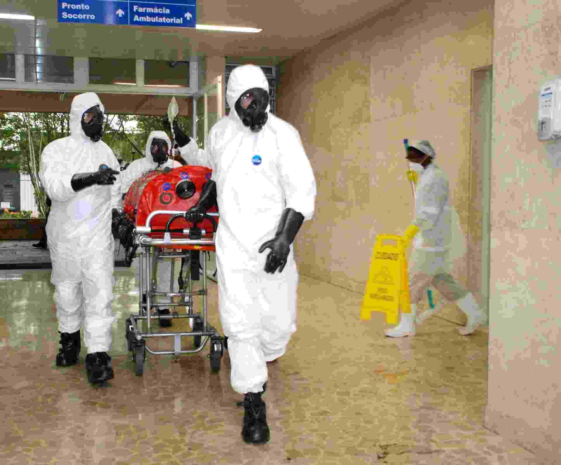 16.set.2014 - O Ministério da Saúde realizou, nesta terça-feira (16), no aeroporto de Guarulhos, em São Paulo, uma simulação de atendimento para casos de passageiros com suspeita de ebola em voos internacionais - Paulo Alexandrowitsch/Secretaria de Estado da Saúde de São Paulo