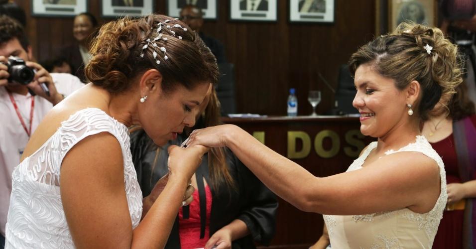 16.set.2014 - O primeiro casamento gay na região Norte uniu 15 casais, nesta terça-feira (16), em Manaus. A união foi promovida pela OAB (Ordem dos Advogados do Brasil) em parceria com o Fórum Amazonense LGBT (Lésbicas, Gays, Bissexuais e Transexuais) e realizada em conjunto com casais heterossexuais