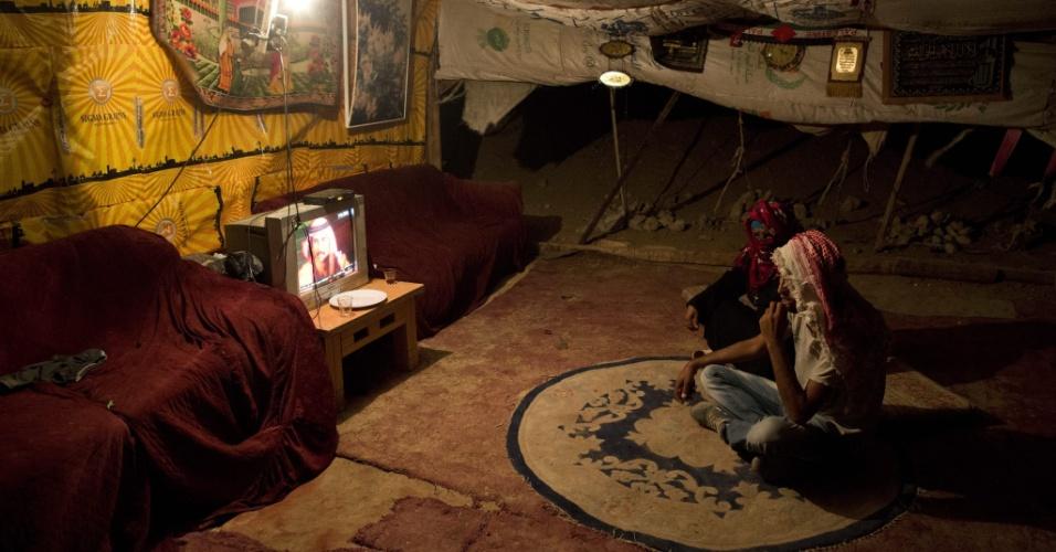 16.set.2014 - Palestinos da tribo beduína Jahalin assistem a programa na TV em acampamento erguido no deserto da Judeia, na Cisjordânia. Segundo relatos da imprensa local, o governo de Israel planeja retirar os palestinos desta região e transferí-los para uma área no Vale do Jordão