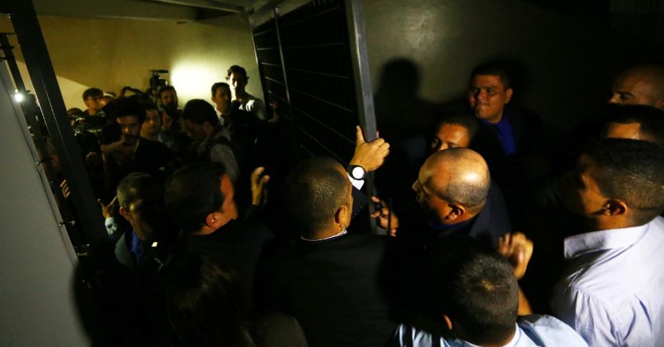 16.set.2014 - Um tumulto no início do debate entre os presidenciáveis promovido pela CNBB (Conferência Nacional dos Bispos do Brasil), na noite desta terça-feira (16) no Santuário Nacional de Aparecida (SP), resultou em agressão de seguranças da Presidência da República a jornalistas credenciados para cobrir o evento