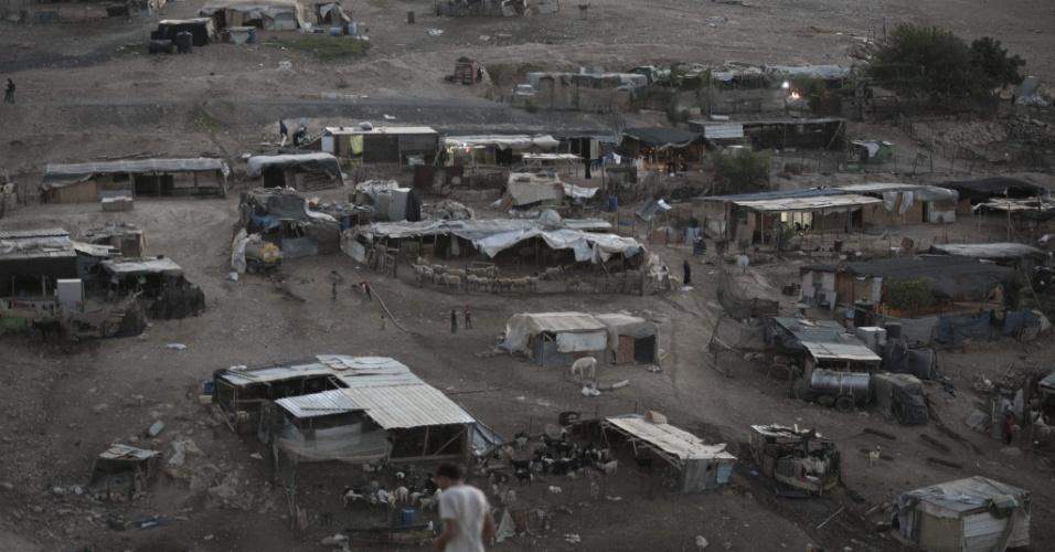 16.set.2014 - Vista de uma vila de palestinos da tribo beduína Jahalin, no deserto da Judeia, na Cisjordânia. Segundo relatos da imprensa, o governo de Israel planeja retirar os palestinos desta região e transferí-los para uma área no Vale do Jordão