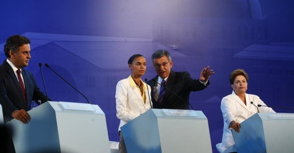 16.set.2014 - A candidata do PSB à Presidência da República, Marina Silva, conversa com o jornalista Rodolpho Gamberini, ao lado de Dilma Rousseff (PT) e Aécio Neves (PSDB), antes do debate promovido pela CNBB (Conferência Nacional dos Bispos do Brasil), em Aparecida, interior de São Paulo, nesta terça-feira (16)