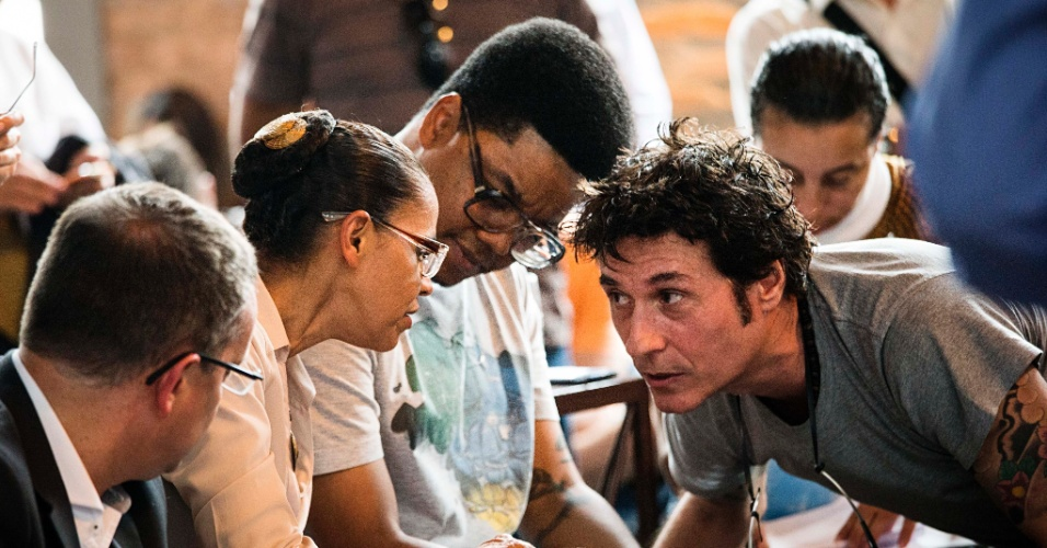 A candidata Marina Silva (PSB) conversa com o cantor Dinho Ouro Preto e com o e o rapper Xis durante encontro com a comunidade cultural na zona oeste de São Paulo