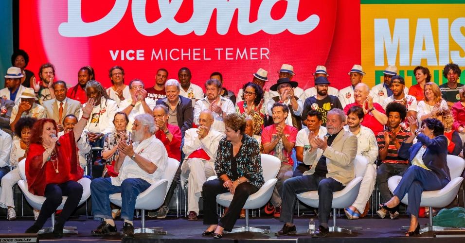 Dilma Rousseff (centro) participa de encontro com artistas e intelectuais que assinaram um manifesto de apoio à petista