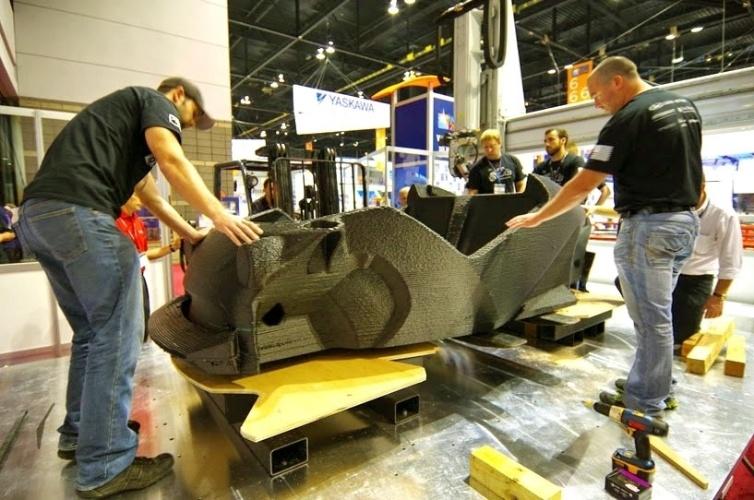 Engenheiros da Local Motors acertam detalhes no veículo Strati. A carcaça do carro foi toda impressa em uma impressora 3D. O material utilizado no processo foi plástico reforçado com fibra de carbono