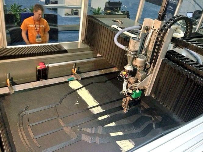 Na imagem, o início do processo de impressão da carcaça do Strati. O corpo do carro foi feito de plástico reforçado com fibra de carbono