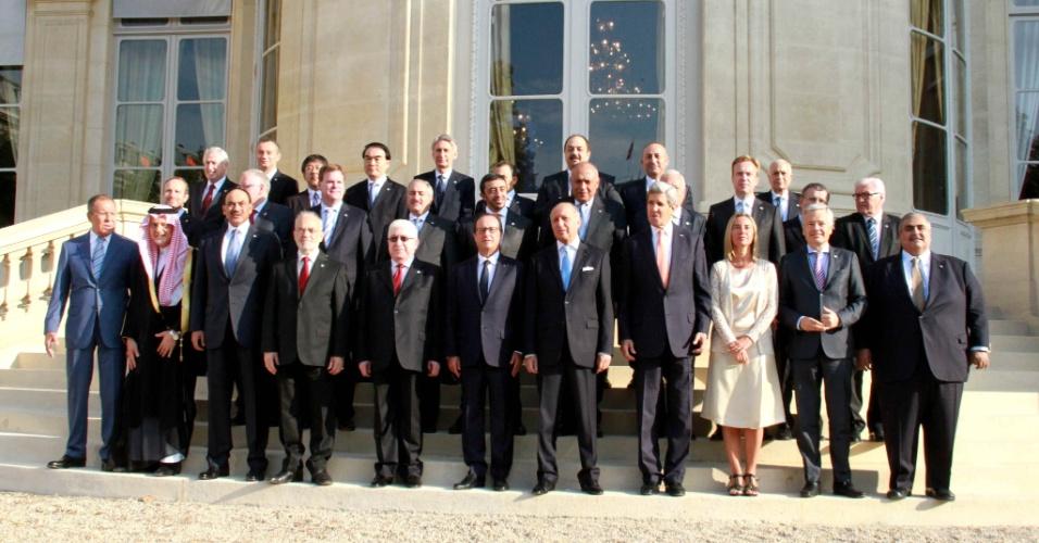 Representantes de 29 países se reúnem em Paris, na França, após reunião para tratar da ameaça representada pelo EI (Estado Islâmico). As principais potências mundiais apoiaram quaisquer medidas, inclusive militares, para ajudar a derrotar os combatentes do EI no Iraque