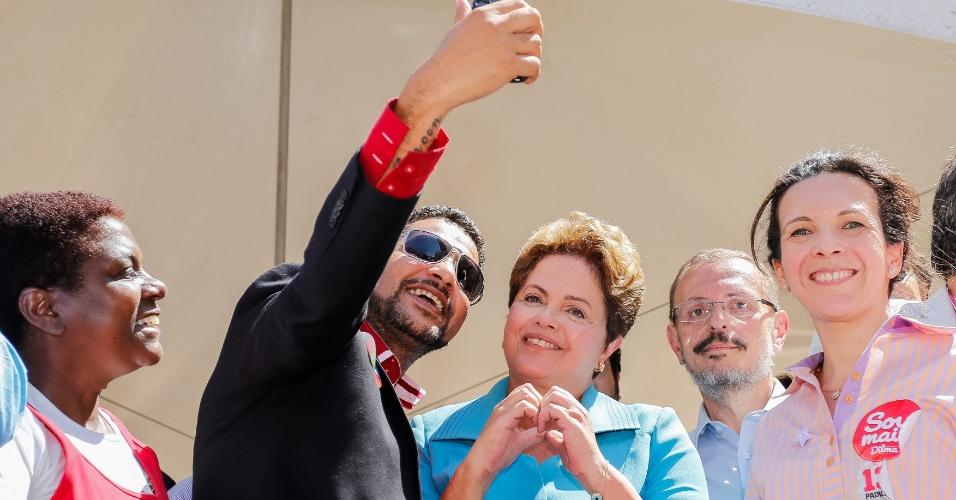 """17.set,2014 - A presidente Dilma Rousseff, candidata à reeleição pelo PT, faz pose para selfie durante caminhada em Campinas na manhã desta quarta-feira. Dilma participou de um encontro com empresários na sede da Acic (Associação Comercial e Industrial de Campinas) onde afirmou que direitos como 13º salário, férias e horas extras não serão alterados """"nem que a vaca tussa"""""""