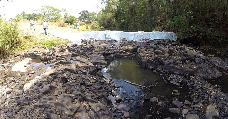 17.set.2014 - A Sabesp (Companhia de Saneamento Básico do Estado de São Paulo) faz uma barragem com sacos de areia no rio Canoas, em Franca, nesta quarta-feira (17), para garantir o abastecimento de água no município