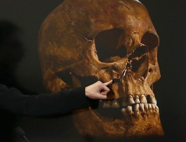 Cientistas britânicos divulgaram detalhes da morte do rei Ricardo III na Batalha de Bosworth, no Reino Unido, há mais de 500 anos. Segundo os pesquisadores, dois dos vários ferimentos sofridos pelo monarca inglês teriam sido fatais. Na foto, a osteologista Jo Appleby aponta para danos no crânio que se acredita ter sido do rei Ricardo III, durante uma apresentação em Leicester, na Inglaterra. A foto é de fevereiro deste ano - Darren Staples/Reuters