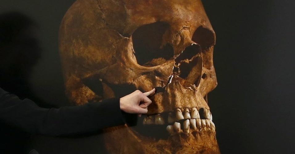 17.set.2014 - Cientistas britânicos divulgaram detalhes da morte do rei Ricardo III na Batalha de Bosworth, no Reino Unido, há mais de 500 anos. Segundo os pesquisadores, dois dos vários ferimentos sofridos pelo monarca inglês teriam sido fatais. Na foto, a osteologista Jo Appleby aponta para danos no crânio que se acredita ter sido do rei Ricardo III, durante uma apresentação em Leicester, na Inglaterra. A foto é de fevereiro deste ano