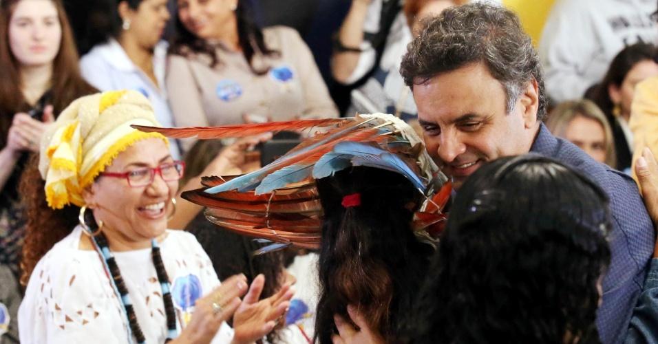 17.set.2014 - O candidato à Presidência da República pelo PSDB, Aécio Neves, abraça uma indígena durante encontro com mulheres no diretório estadual do PSDB em São Paulo. No evento, Aécio afirmou que deverá rever as relações diplomáticas com países produtores de droga, destacando que o principal alvo da estratégia deve ser a Bolívia