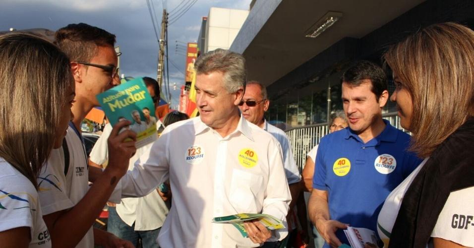 15.set.2014 - Os candidatos Rodrigo Rollemberg (PSB), que tenta o governo do Distrito Federal, e Reguffe (PDT), que tenta o Senado, fazem caminhada e distribuem folhetos no comércio de Taguatinga