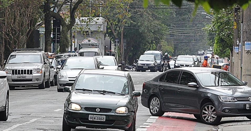 17.set.2014 - Carros invadem a faixa exclusiva para ciclistas na avenida Rouxinol, em Moema, na zona sul de São Paulo