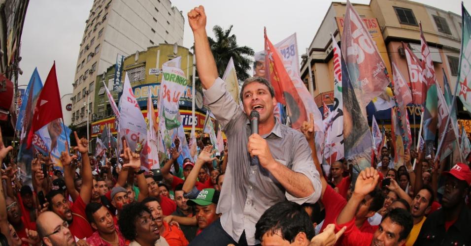 17.set.2014 - O candidato ao governo do Rio de Janeiro pelo PT, senador Lindberg Farias, faz caminhada em Nova Iguaçu, na baixada fluminense, nesta quarta-feira