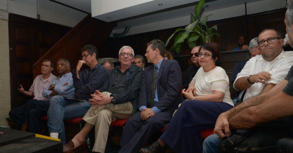 18.set.2014 - Marina Silva (PSB) é apoiada pelos músicos Jorge Mautner (primeiro, da esquerda para a direita) e Gilberto Gil (ao lado de Mautner), além dos atores Marco Nanini (de camisa verde escura) e Otávio Müller (o último, à direita). Todos participaram de um ato de apoio à candidata organizado pelo ator Marcos Palmeira
