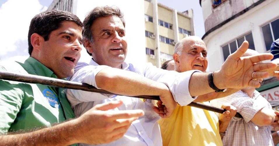 18.set.2014 - O Candidato à Presidência da República Aécio Neves (PSDB) realizou uma caminhada ruas de Itabuna (BA), ao lado do prefeito de Salvador, ACM Neto (DEM) e do candidato ao governo da Bahia Paulo Souto (DEM) nesta quinta-feira. No local, Aécio pediu ajuda