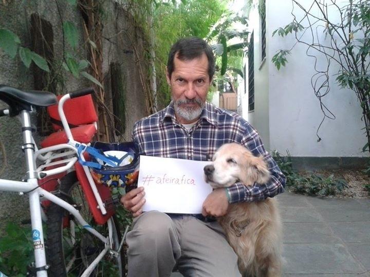 18.set.2014 - O candidato à Presidência da República Eduardo Jorge (PV) publicou em sua conta no Facebook uma foto ao lado de um cachorro como convite a eleitores para conversa sobre animais