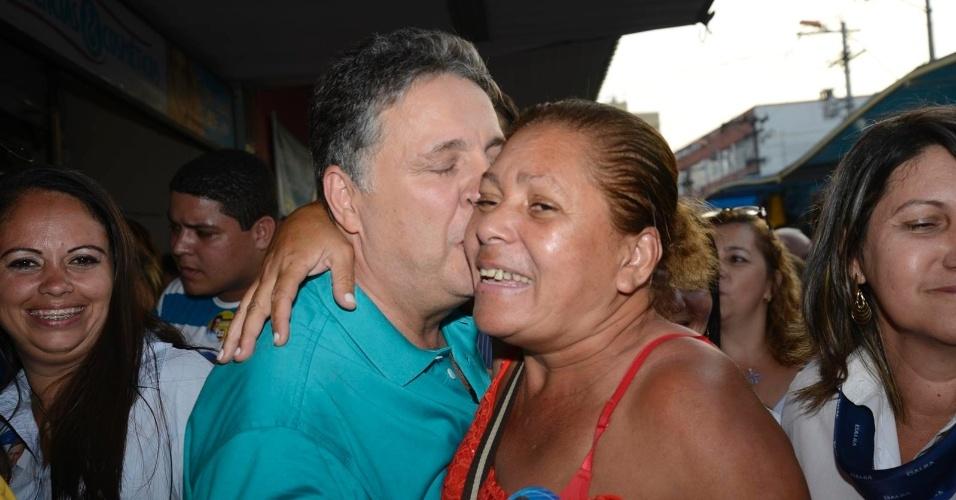 18.set.2014 - O candidato ao governo do Estado do Rio de Janeiro Anthony Garotinho (PR) beija uma eleitora durante caminhada em São Gonçalo, na baixada fluminense, nesta quinta-feira